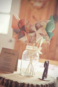 DIY moulin à vent - Ob'scur Vllt - Mason Jar Centerpieces, Wedding Centerpieces, Mason Jars, Wedding Decorations, Paper Centerpieces, Outdoor Decorations, Table Decorations, Pinwheel Centerpiece, Pinwheel Decorations
