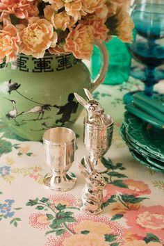 20 Easter Table Decorations for a Chic Holiday Spread Easter Table Settings, Easter Table Decorations, Easter Decor, Brunch Table, Dinner Table, Table Setting Inspiration, Elegant Centerpieces, Interior S, Interior Design