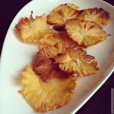 Сегодня готовим очень ароматные, вкусные и полезные чипсы из ананаса. Готовятся легко, а в итоге получается полноценный десерт. Дети и муж были в полном восторге. Одна проблема: весь ананас на противень …