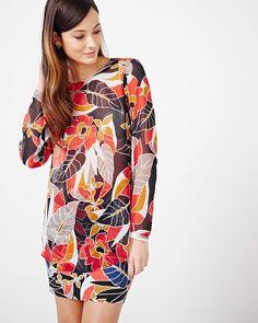 Cette blouse imprimée est parfaite pour votre collection de tenues professionnelles. Agencez-la avec un pantalon ajusté ou une jupe imprimée et des escarpins pour un look stylé sans effort.<br /><br />- Manches longues<br />- Ouverture au dos<br />- Col rond<br />- Imprimée