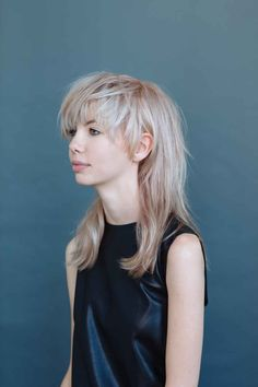 The Cool-Girl Way To Layer Your Hair Hair Layering Ideas – New Layered Haircut Pictures Girl Haircuts, Hairstyles With Bangs, Cool Hairstyles, Hairstyle Photos, Mullet Haircut, Mullet Hairstyle, Medium Hair Styles, Short Hair Styles, Haircut Pictures