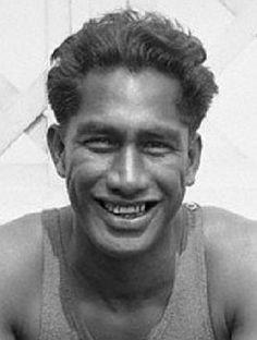 """Duke Paoa Kahinu Mokoe Hulikohola Kahanamoku (Honolulu, 24 de agosto de 1890 – 22 de enero de 1968), Al """"Gran Kahuna"""" o """"The Big Kahuna"""", se le considera el inventor del surf moderno.1 Fue también campeón de natación en los Juegos Olímpicos"""