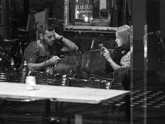 """この写真集を見れば、今すぐスマートフォンをしまいたくなるかも知れない  どうやら、スマートフォンの登場は、私たちから「何もしない時間」という概念そのものを奪い取ってしまったようだ。  ロメロ氏は、彼が作品を公開してから、人々のスマートフォンへの「くぎ付け」は「悪くなる一方」だと言う。  「スマートフォンが人々の生活を支配するにつれ、彼らのスマートフォンに依存する度合いはますます増えてきた。まるで彼らの存在そのものがデジタル化され、""""24時間年中無休で""""アクセス可能になってしまったようだ」。ロメロ氏はハフポストUS版へのメール中でこう語った。  あなたにも、心当たりがあるのではないだろうか。例えば、誰かとのディナーの最中に会話が止まってしまうと、途端にお互いがスマートフォンをチェックする。スマートフォンは人との「つながり」が途切れてしまった時の、""""逃げ場""""となってしまっていると、ロメロ氏は指摘する。  「本来であれば人と人とを""""つなぐ""""はずのテクノロジーが、実際には距離を遠ざけてしまっているのは悲しい」と、ロメロ氏は言う。"""