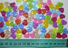 ENCONTRA AQUI: www.elo7.com.br/ohcilla  Botões em formato de coração em resina/plástico <br>Pacote com 30 unidades cores sortidas