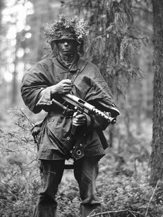 Swedish soldier holding the Carl Gustav SMG during the cold war. Navy Special Forces, Military Motivation, Swedish Army, Military Drawings, Military Pictures, War Photography, Military Weapons, Military Uniforms, Cold War