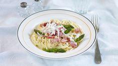 Spagetti carbonara er en enkel og smaksrik pastarett fra Italia. Med revet parmesan, egg og fløte får du den beste pastasausen av dem alle. Spagetti Carbonara, Spagetti Recipe, Pasta Salad, Risotto, Potato Salad, Cabbage, Bacon, Spaghetti, Food And Drink