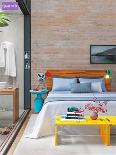 O estilo despojado é garantido pelas mesas coloridas (azul, da Dpot, e amarela, da A Lot OF), pelas luminárias (vermelha, da Lumini, e de corda, da A Lot OF) e pela foto de Vera Albuquerque. Cama de Fernando Jaeger.