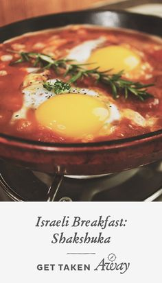 Shakshuka: a vibrant, spicy one-dish recipe to start the day! I love Shakshuka! Breakfast And Brunch, Breakfast Dishes, Breakfast Recipes, Israeli Breakfast, I Love Food, Good Food, Yummy Food, Tasty, Vegetarian Recipes