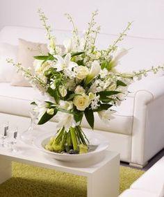 Der absolute Luxusstrauß! Der florale Mittelpunkt für ein edles und stilvolles Ambiente. Mit diesem Bouquet aus kostbaren langstieligem weißen Rittersporn, weißen Lilien, Rosen und Calla beweisen Sie vornehmsten Geschmack. Strauß designed by FDF Foto: Blumenbüro & FDF, J. Manegold