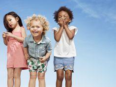 夏の太陽や青空の下、ポップなカラーのショーツやTシャツ、スタープリント、ストライプを中心としたアメリカンなスタイルのアイテムも登場!キッズのアクティブなサマーシーズンにアメリカンカジュアルで彩り豊かに! 【Toddler Girl】 (左) ロンパース/ID:160876 ※一部限定店舗での取扱い (中) シャツ/ID:131917 ※一部店舗取扱いなし ショートパンツ/ID:160801 (右) トップス/ID:217940 ショートパンツ/ID:160854 ※一部店舗取扱いなし http://www.gap.co.jp/browse/subDivision.do?cid=84564