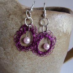 Créoles  fuchsia - fil métallique crocheté - perle rose  - bijoux insolites -