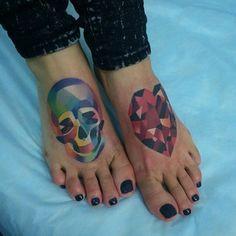 … o este cráneo cristalino…   32 tatuajes geniales y coloridos que te inspirarán a tatuarte