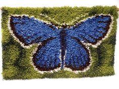 Tiina Etelälahti käytti ryijyn mallina oikeaa perhosta