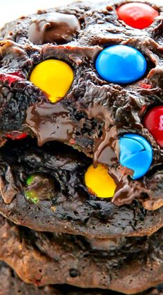 Soft Batch Chocolate M&M Cookies | #obesogenic #eatingpsych #bettycapaldiphillips eatingpsych.com