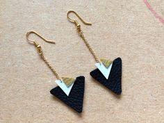 Boucles d'oreilles géométrique cuir, triangles noir doré et blanc : Boucles d'oreille par aika