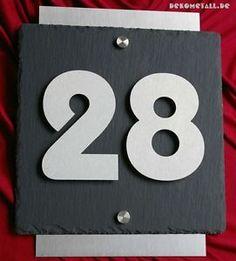 Exklusive-Hausnummer-aus-Edelstahl-und-Schiefer-3D-Hausnummernschild
