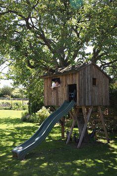 Casa del árbol para que los peques jueguen y se lo pasen en grande en esta casa de #inglaterra. Disponible para un intercambio de casa en vacaciones.