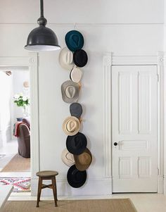 シックな色合いのハットをたくさん。白い壁やドアなどナチュラルインテリアにもよく馴染むディスプレイにもなっているし、でかける際にドアの前でその日被っていく帽子を選べるので実用度も高い。