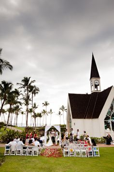 A visit to the Grand Wailea. Photography: White Dot photography.  See more of this lovely affair: http://modernweddingshawaii.com/real-wedding-wanda-christopher/