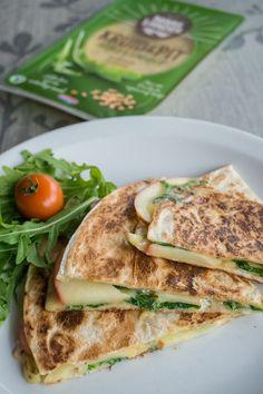 Breakfast quesadilla with apples Breakfast Quesadilla, Quesadillas, Salmon Burgers, Apples, Foodies, Sandwiches, Ethnic Recipes, Finger Sandwiches, Quesadilla