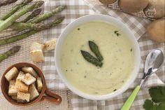 La vellutata di asparagi con patate e crostini è un piatto decisamente primaverile: leggero ma gustoso e di grande effetto!