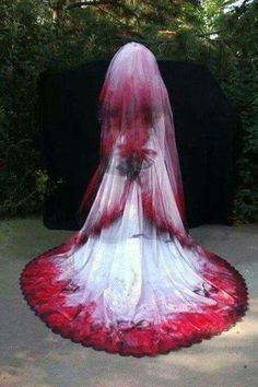 Gorgeous! This would be an awesome dress for Halloween, for a wedding on Halloween, or a Dia De Los Muertos wedding :)