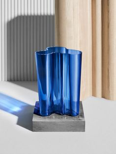 Order the Aalto Finlandia Vase by Alvar Aalto for the Finnish manufacturer Iittala here in the Interior Design Shop. Hygge, Refinish Wood Furniture, Farmhouse Side Table, Alvar Aalto, Christmas Room, Buying A New Home, Home Upgrades, Vase, Ship Lap Walls