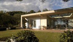 Wer träumt nicht davon, in einem Haus zu wohnen, das einem das Gefühl gibt, frei zu sein? Der Architekt Vincent Coste entwarf und realisierte genau solch ein Haus im Süden Frankreichs. Das Gebäude zeichnet sich durch seine Transparenz aus. Beinahe uneingeschränkt von Steinmauern kann man darin stets die Lebendigkeit der Natur und damit auch ein grenzenloses Wohngefühl erleben. Wie außergewöhnlich auch der Innenraum des Hauses ist, zeigen wir euch in den folgenden Bildern.