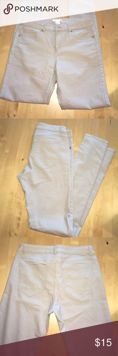 Khaki Skinny Jeggings Never Worn, Amazing Condition! Khaki colored skinny jeggings, has pockets in both front and back. If you have an offer, please use offer button!! H&M Jeans Skinny