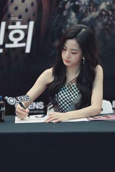 off the page Blackpink Jisoo, South Korean Girls, Korean Girl Groups, Jenny Kim, Yg Entertaiment, Snow Flower, Blackpink Members, K Pop Star, Jennie Lisa