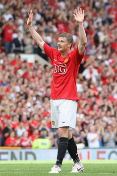 Ole Gunnar Solskjaer applauds the fans at the final whistle during his Testimonial match between Manchester United and RCD Espanyol at Old Trafford on August 2008 in Manchester, England. Get premium, high resolution news photos at Getty Images Manchester United Wallpaper, Manchester United Images, Manchester United Legends, Manchester United Players, Manchester England, Man Utd Squad, Football Icon, Old Trafford, Sexy Girl