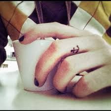 Resultado de imagem para tatuagens femininas nos dedos das mãos