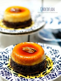 """Chocoflan aka Pastel Imposible (The Impossible Cake). Definitely not impossible to make, but find out why it's dubbed """"impossible"""". Flancocho Recipe, Chocoflan Recipe, Small Desserts, Mini Desserts, Just Desserts, Banana Split, Chocolate Flan Cake, Choco Flan, Chocolate City"""