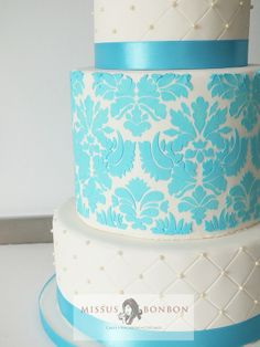 Quilted tiers with pearl dragees and turquoise blue damask pattern