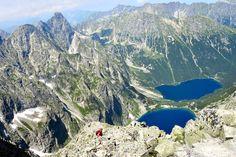 Hora Rysy má ve skutečnosti tři vrcholy. Dva leží na Slovensku, ale třetí severozápadní je snadmořskou výškou 2499 metrů nejvyšší horou Polska. Jako takový je oblíbeným cílem především polských turistů avýstup na něj představuje středně těžký jednodenní výlet. Vtomto článku bych se chtěla podělit oaktuální zkušenosti apraktické rady, co se přivýstupu můžou hodit. Jak se kRysům dostat Na Rysy se dá jít ze slovenské strany směrem od Popradského plesa Mount Everest, Mountains, Nature, Travel, Naturaleza, Viajes, Destinations, Traveling, Trips