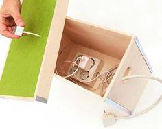 Con esta idea, cualquier contenedor con tapa colocado junto a la mesa servirá para recargar tus aparatos electrónicos. Además, es una divertida forma de ocultar los cables.