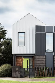 50 Amazing Simple House Facade Ideas to Inspire You! Metal Cladding, Exterior Cladding, Facade Architecture, Residential Architecture, Townhouse Exterior, Townhouse Designs, Facade House, Courtyard House, House Exteriors