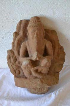 fragment de bas relief en grès sculpté d'un prisonnier; Vietnam ou cambodge. XV-XVIè. h : 34.