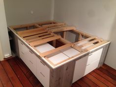ikeahack Holder på å lage seng av Malm kommoder fra Ikea ...