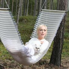 Loom hammock made partly by recycled plastic and Satu Somero, the designer of Pisa Design, kangaspuilla osin kierrätysmuovista kudottu riippukeinu ja Satu Somero, Pisa Designin suunnittelija.