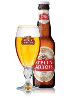 """Stella Artois / In 1926 lanceert de Artois brouwerij volgens de toenmalige traditie een kerstbier. De naam? """"Stella"""", het Latijnse woord voor """"Ster"""". Het bier is zo'n succes dat de brouwer besluit om het op permanente basis op de markt te brengen. Stella Artois is een frisse kwaliteitspils met een licht bittere smaak. Deze subtiele smaak ontstaat door een unieke mengeling van de beste mout en de fijnste hopsoorten. Stella Artois heeft een alcoholpercentage van 5,2% en serveert u het best op…"""