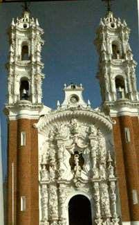 Iglesia de la Virgen de Ocotlan, en Tlaxcala, México. Siglo XVIII En la fachada de esta iglesia se uso piedra de color natural, la chiluca una piedra de color blanquecino, y del tezontle, de color rojizo. Con la primera se recubrió la zona superior y la portada; con la segunda, la parte baja de las torres