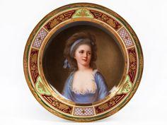 Über glattem Standring ausgebauchtes Bord mit leicht aufsteigender Fahne. Rückseitig weiß glasiert, schauseitig im Spiegel Darstellung der Gräfin Potocki, ...