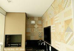 Churrasqueira com revestimento Portobello e passa pratos para melhorar integração funcional com cozinha. Projeto Neo Arq 2013