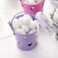 Set van 5 leuke lila zinken emmertjes. Vul de emmertjes met heerlijke snoepjes en personaliseer ze met een kaartje. Door de uitsparing van de hartjes in het emmertje kan je ze ook gebruiken als theelichthoudertje! Een heel leuk bedankje op het einde van een fantastische dag.