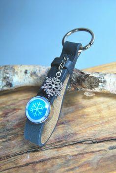 ...mit individuellem Foto und anderem Anhänger - ein tolles Geschenk zur Kommunion, Konfirmation oder Firmung...  dunkelgrauer Schlüsselanhänger + Schneeflocke  von DaiSign auf DaWanda.com