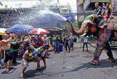 13) Songkran Water Festival: Tailandia  Del 13 al 15 de abril se celebra el Año Nuevo en varias naciones del continente asiático. Hasta elefantes se utilizan para que con agua los habitantes se rocíen el cuerpo, simbolizando la limpieza de los malos espíritus para un inicio sin malas vibras.