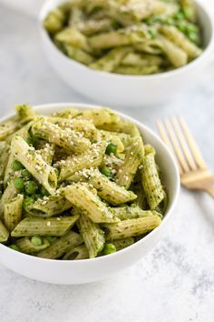 Whole Wheat Penne with Avocado Pesto and Peas // vegan, vegetarian, meatless, easy dinner recipe