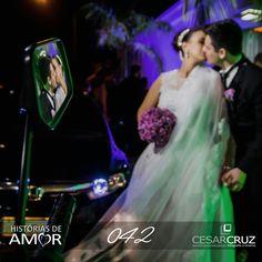 um Beijo... duas imagens. através de um espelho consegui está bela imagem. Feita na rua, em frente ao salão de festas, antes da entrada do casal.