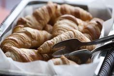 """750g vous propose la recette """"Croissants Maison"""" notée 4.2/5 par 69 votants. Snack Recipes, Snacks, Apple Pie, Nom Nom, Sausage, Cookies, Meat, Desserts, Pains"""